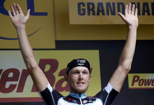 Italský cyklista Matteo Trentin se raduje z vítězství v sedmé etapě Tour de France.