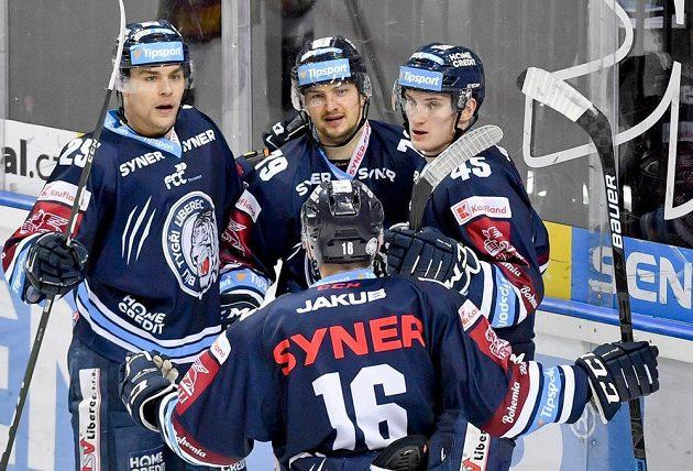 Libor Hudáček z Liberce (uprostřed) se raduje se svými spoluhráči z gólu.