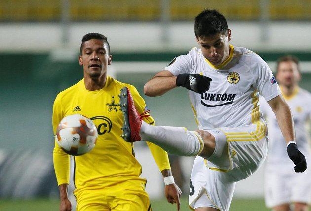 Zoran Gajič ze Zlína odkopává míč, jeho akci sleduje Jairo ze Šeriffu Tiraspol.