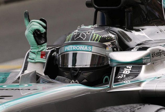 Nico Rosberg reaguje po vítězném průjezdu cílem v Monte Carlu.