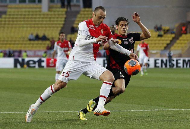 Dimitar Berbatov (vlevo) z Monaka v souboji s Dorianem Levequem z Guingampu.