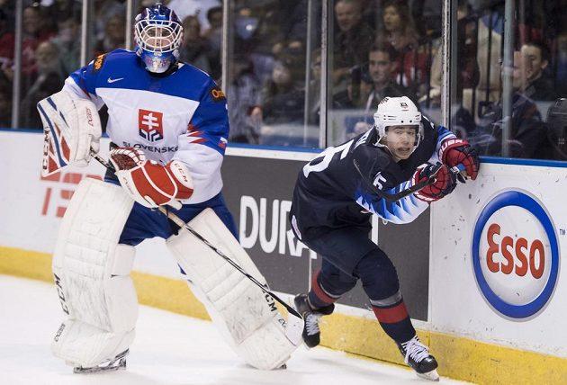 Brankář slovenské hokejové dvacítky Samuel Hlavaj v akci během utkání MS s týmem USA.