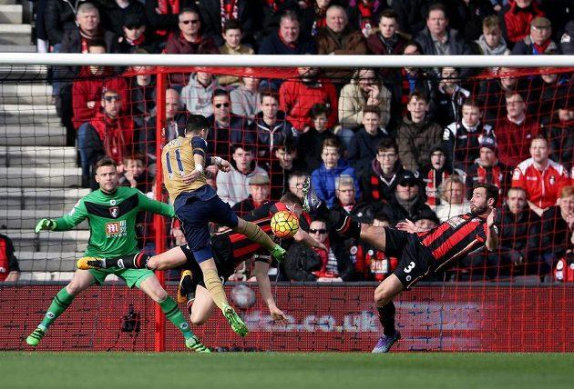 Německý záložník v dresu Arsenalu Özil střílí branku do sítě Bournemouthu.