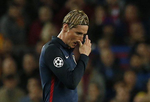 Fernando Torres z Atlétika po vyloučení ve čtvrtfinále LM s Barcelonou.