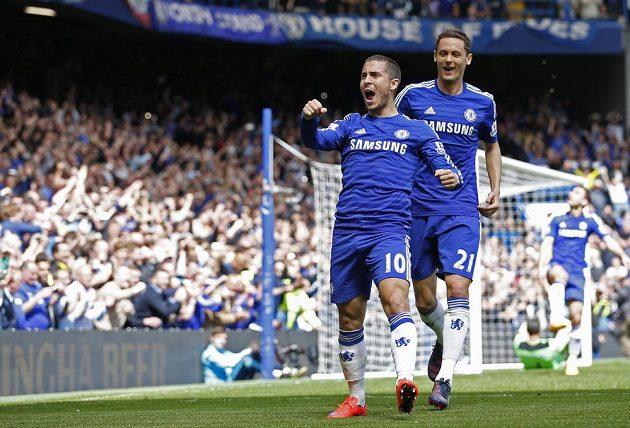 Fotbalista Chelsea Eden Hazard (vpředu) oslavuje gól proti Crystal Palace, kterým pro tým ze Stamford Bridge pojistil mistrovský titul.