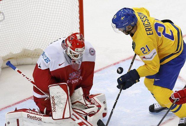 Švéd Jimmie Ericsson zkouší vyzrát na dánského brankáře Patricka Galbraitha.