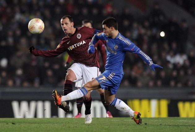 Marek Matějovský ze Sparty (vlevo) se snaží zabránit v centru Edenu Hazardovi z Chelsea.