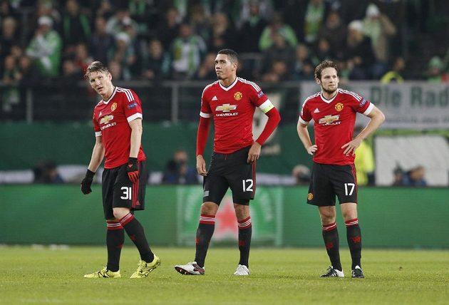 Zdrcení fotbalisté Manchesteru United. Zleva Bastian Schweinsteiger, Chris Smalling a Daley Blind.