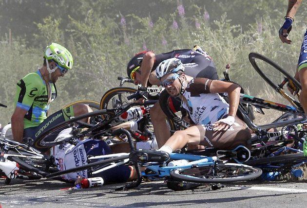 Hromada bicyklů a těl. Děsivý karambol ve třetí etapě Tour přinesl obrázky plné bolesti.