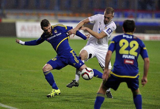 Jan Baránek z Plzně (v bílém) v souboji o míč s Murisem Mešanovičem z Jihlavy.