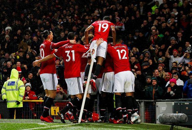 Fotbalisté Manchesteru United se radují z jediného gólu zápasu s Brightonem.