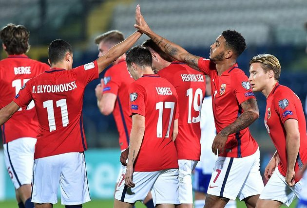 Norští fotbalisté oslavují jeden z gólů v souboji se San Marinem.