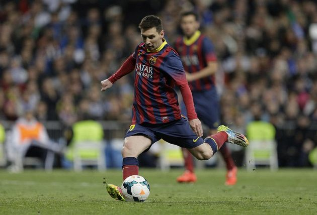 Útočník Barcelony Lionel Messi proměňuje penaltu proti Realu Madrid.