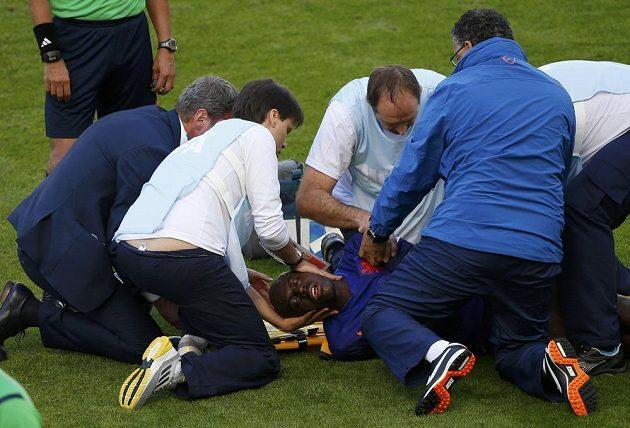 Zraněný Nizozemec Bruno Martins Indi (v péči zdravotníků) zraněný v souboji s Australanem Timem Cahillem.