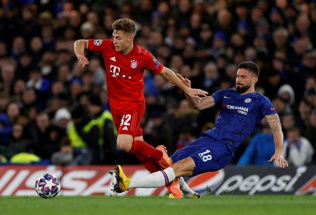 Joshua Kimmich (vlevo) z Bayernu a Olivier Giroud z Chelsea.