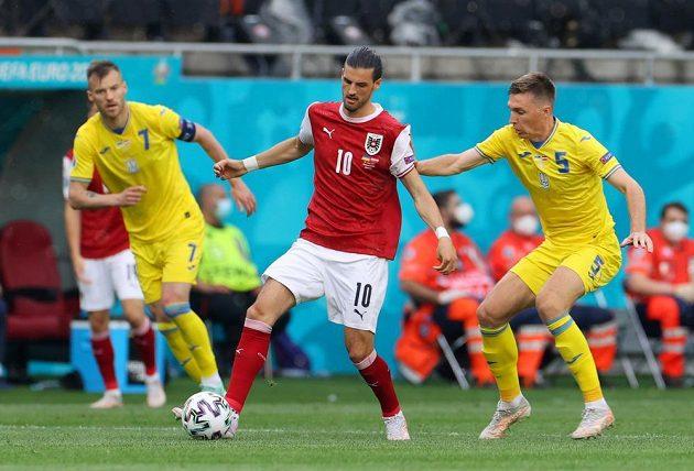 Rakušan Florian Grillitsch bojuje s dvojicí ukrajinských fotbalistů Andrijem Jarmolenkem (vlevo) a Serhijem Sydorčukem.