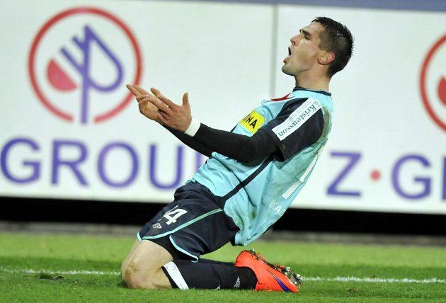 Záložník Slavie Miljan Vukadinovič se raduje z gólu na hřišti Slovácka.