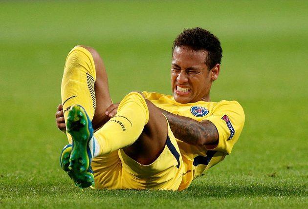 Hvězda Paris Saint-Germain Neymar v bolestivé pozici během utkání Ligy mistrů proti Anderlechtu.