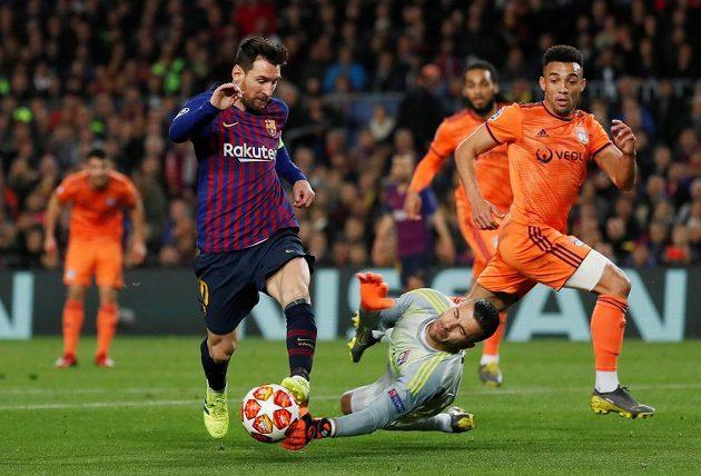 Barcelonský Lionel Messi v akci během utkání Ligy mistrů s Lyonem.