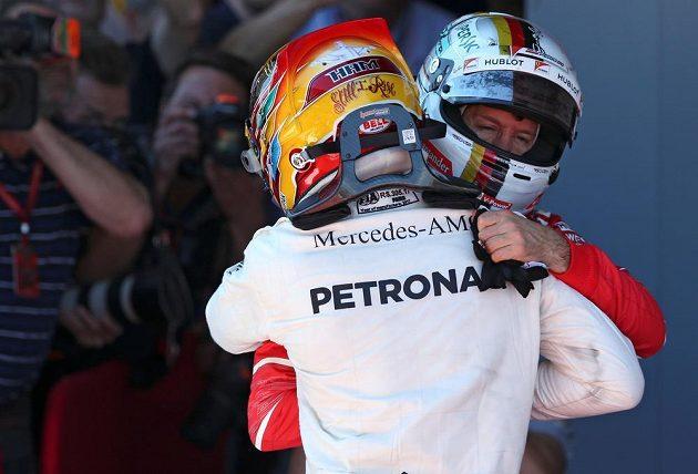 Sebastian Vettel a Lewis Hamilton. Vzájemná gratulace po Velké ceně Španělska.