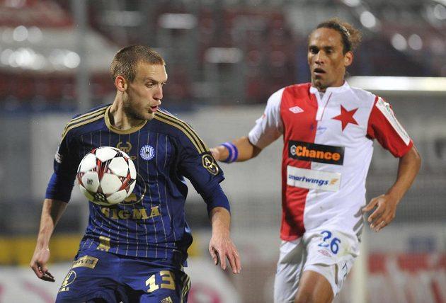 Martin Šindelář z Olomouce (vlevo) si kryje míč před Fernandem Nevesem ze Slavie.