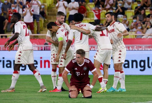 Fotbalisté Monaka se radují z branky do sítě Sparty