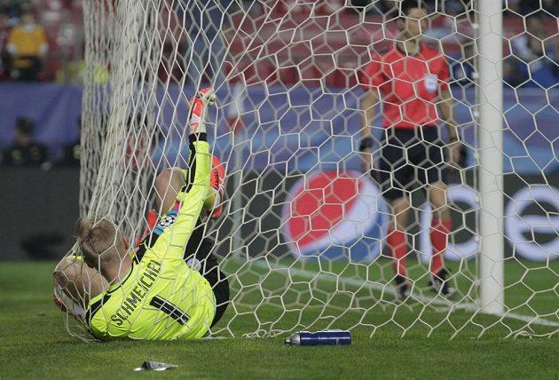 Gólman Leicesteru Kasper Schmeichel po inkasovaném gólu v Seville.