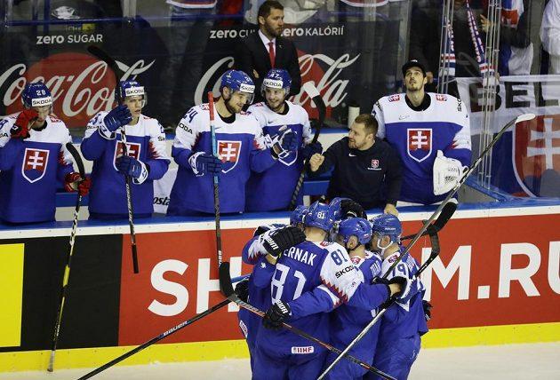 Slovák Andrej Sekera se raduje se spoluhráči z gólu proti Německu.