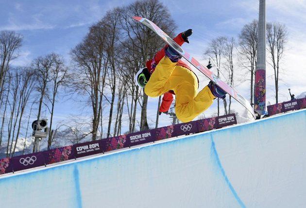 Číňanka Li Šuang při kvalifikaci snowboardistek v U-rampě.
