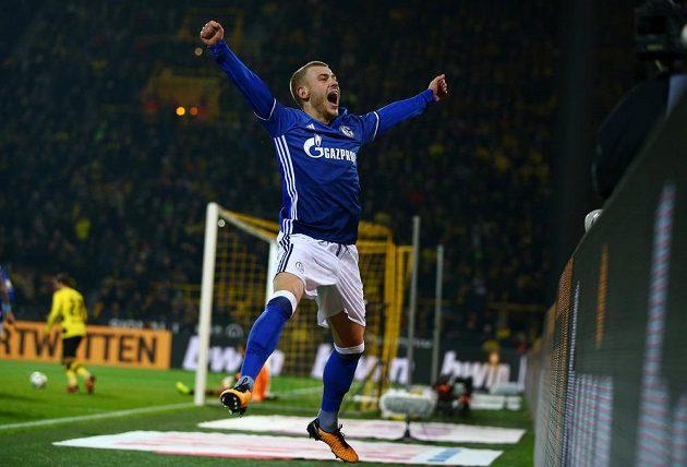 Fotbalista Schalke Max Meyer se raduje z vyrovnávací trefy svého týmu na 4:4 proti Dortmundu.