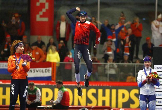 Martina Sáblíková měla po triumfu na 3000 m ještě dostatek sil k výskoku na stupně.