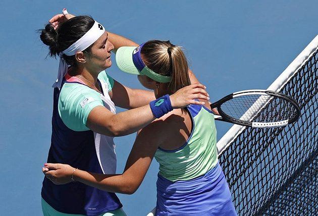 Sofia Keninová (vpravo) z USA po zápase s Ons Džabúrovou z Tuniska.