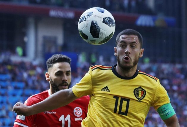 Kapitána belgického výběru Edena Hazarda (vpravo) se snaží zastavit Dylan Bronn z Tuniska.