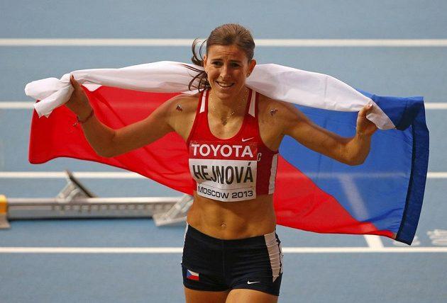 Zuzana Hejnová s českou vlajkou po vítězství ve finálovém závodě na 400 m překážek na MS v Moskvě.