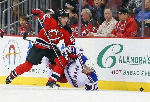 Jaromír Jágr v souboji s Dominicem Moorem (28) z NY Rangers.