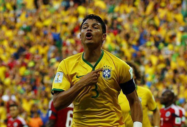 Thiago Silva slaví, otevřel skóre. Brazílie vedla nad Kolumbií 1:0.