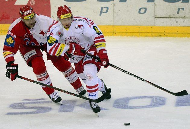 Třinecký útočník Daniel Rákos (vpravo) a slávistický obránce Pavel Kolařík v předehrávce 50. kola hokejové Tipsport extraligy.