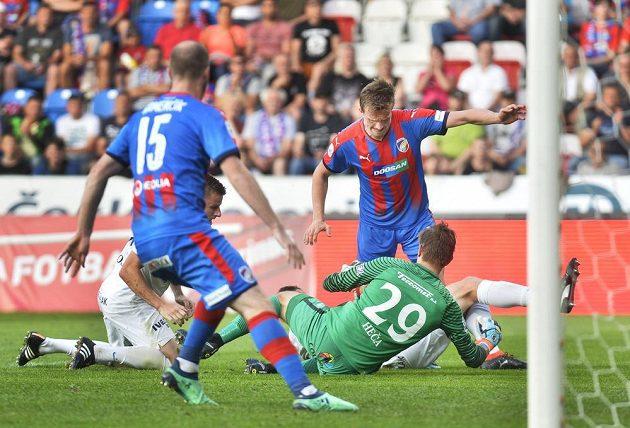 Plzeňští fotbalisté Michael Krmenčík a Jan Kopic se snaží prosadit před brankou Slovácka v ligovém utkání. Brankář Slovácka Milan Heča zasahuje.