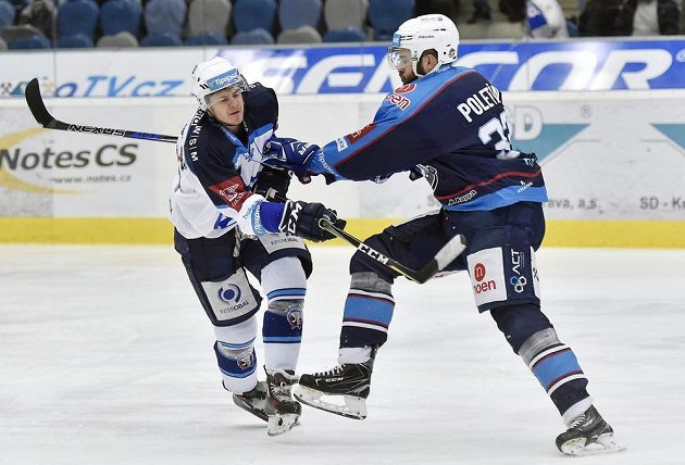 Chomutovský Michal Poletín (vpravo) a plzeňský David Stach v souboji během utkání 34. kola ELH.
