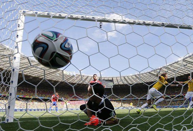 Brazilec David Luiz (vpravo) oslavuje gól proti Chile v osmifinále MS.