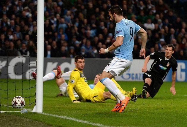 Útočník Manchesteru City Álvaro Negredo (v modrém dresu) střílí gól do sítě Plzně.