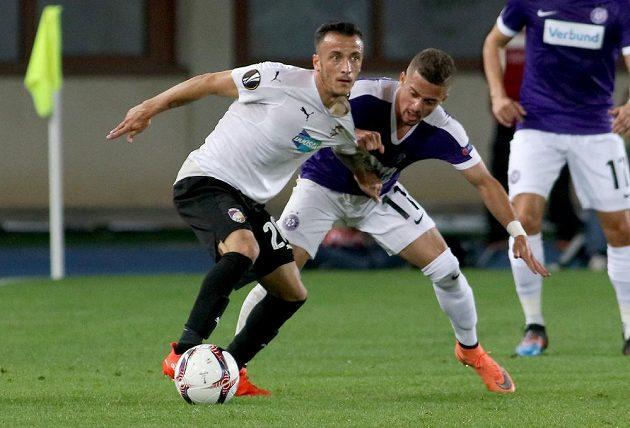 Ferreira Venuto z Austrie (vpravo) se snaží odebrat míč Ergysovi Kacemu z Viktorie Plzeň.