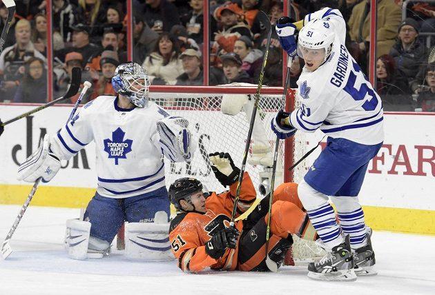Český mladík Petr Straka (51) z Philadelphie právě okusil, jak tvrdá je NHL. Na led ho složil obránce Gardiner.