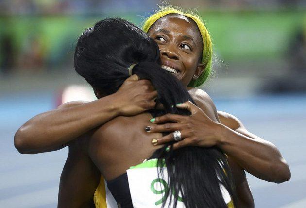 Obhájkyně olympijského zlata z trati na 100 metrů Shelly-Ann Fraserová-Prycová (vpravo) blahopřeje, v Riu třetí, blahopřeje vítězce a své krajance Elaini Thompsonové k vítězství.