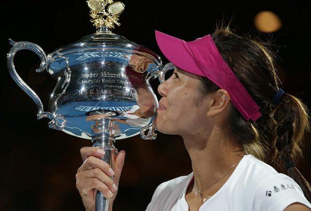 Číňanka Li Na se mazlí s pohárem pro vítězku prvního grandlsamu sezóny.