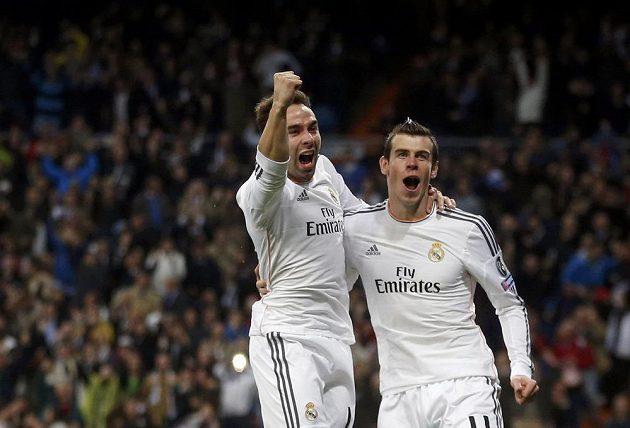 Gareth Bale (vpravo) a jeho spoluhráč z Realu Madrid Daniel Carvajal oslavují úvodní gól ve čtvrtfinále Ligy mistrů proti Borussii Dortmund.