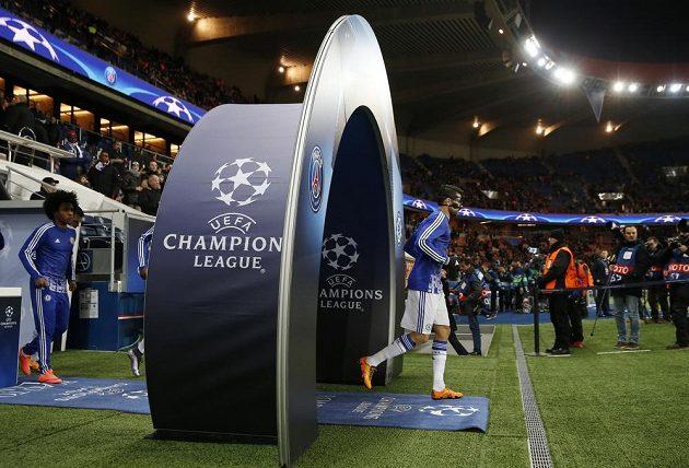 Hráči Chelsea nastupují na plochu Parku princů.