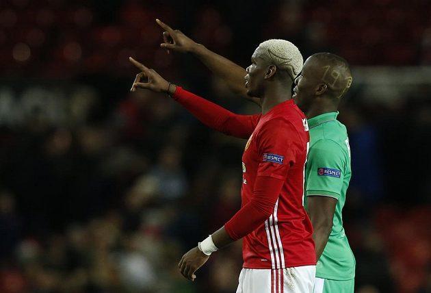 Bratři zdraví rodinu. Paul Pogba z Manchesteru United a jeho bratr Florentin v dresu St. Etienne pozdravili zbytek rodiny na tribuně Old Trafford.