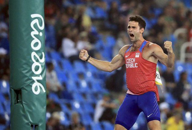 Laťka zůstala na stojanech. Jan Kudlička se raduej v olympijském finále.