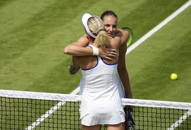 Česká tenistka Karolína Plíšková objímá u sítě krajanku Terezu Martincovou po utkání 3. kola dvouhry ve Wimbledonu. Plíšková derby vyhrála.